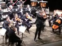 Pubblico di Ascoli ammaliato dal violinista Milenkovic e dalla Filarmonica marchigiana. Concerto finale al Ventidio Basso