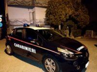 Carabinieri all'esterno della casa dove un bimbo di 5 anni è trovato esanime, probabilmente strozzato a mani nude, a Cupramontana (Ancona), 04 gennaio 2018. ANSA/CRISTIAN BALLARIN