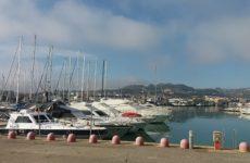 Terrore al porto di San Benedetto. Auto si schianta contro chiosco del pesce, tre feriti