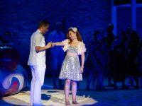 L'elisir d'amore di Doninzetti allo Sferisterio di Macerata. E il palcoscenico si trasforma in spiaggia