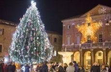Comune Matelica Accenzione Albero e Luminarie -Cittadini gente Piazza Mattei-