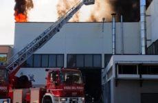 Incendio alla Marvit di Osimo, evacuati i 120 dipendenti. Nube alta in cielo