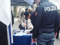 """Foto poliziotti che firmano in divisa petizione per Salvini scatena la polemica. Questore Ascoli apre """"inchiesta amministrativa"""""""