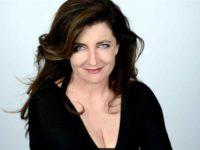 Francesca Reggiani e la parodia delle donne di potere. Doppio show nelle Marche