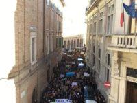 Sciopero contro l'inquinamento globale. Migliaia di giovani in piazza in tutte le città delle Marche