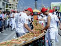 """Napoli pizzaioli partenopei tentano di superare il Guinnes dei primati Via Caracciolo tentando di fare la pizza lunga 2KM battendo cos"""" il record del Mondo Ph Salvatore Laporta / Kontrolab"""