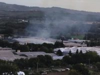 Rogo notturno distrugge azienda di mobili nel pesarese, paura per residenti