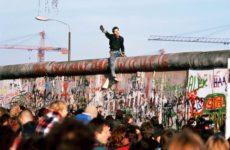 Il Muro di Berlino crollò 30 anni fa. Mons. D'Ercole racconta come lo visse Papa Giovanni Paolo II