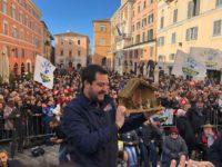 Ancona, Salvini 'scalda' sardine e centri sociali