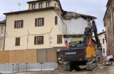 A Camerino demolito palazzo simbolo del sisma. Ragazze salve per miracolo