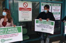 """Protesta di Confesercenti Ascoli : """"Siamo allo stremo, fateci riaprire"""""""
